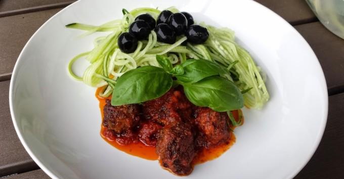 Lammekjøttboller med tomatsaus og agurkpasta